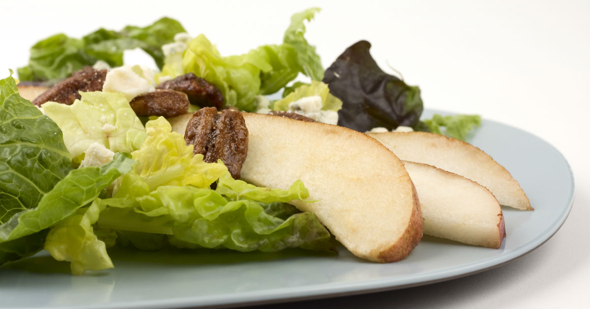 Green salad with pears, bleu cheese and pecans.